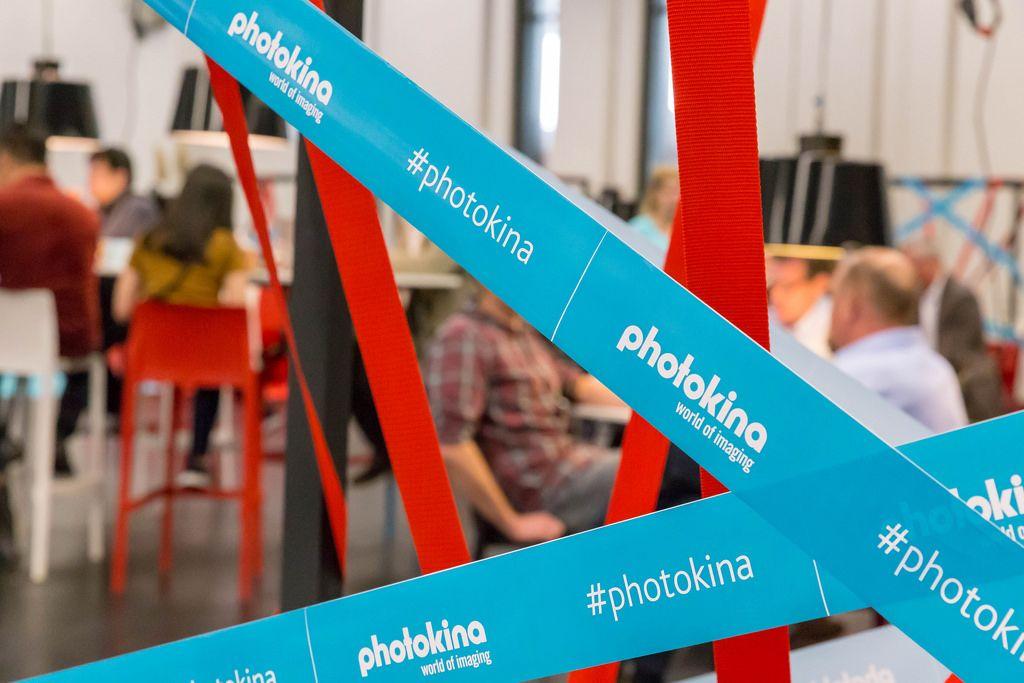 #photokina Banner an der Messe in Köln mit Leuten im Hintergrund
