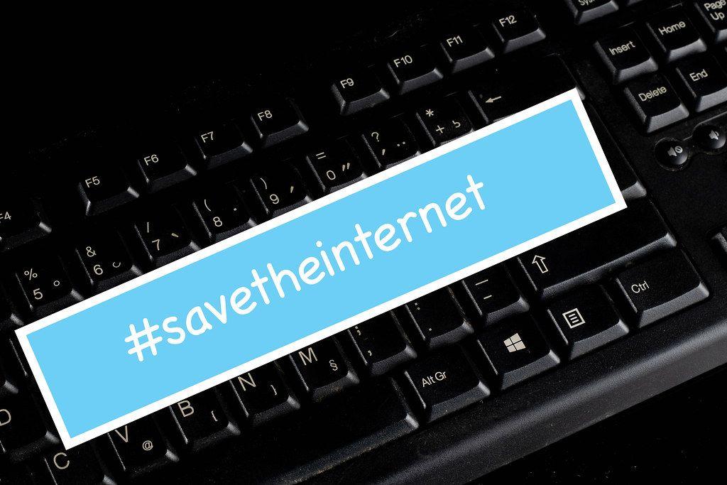 #savetheinternet Text auf einer schwarzen Tastatur