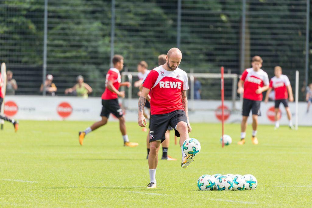1. FC Köln Konstantin Rausch balanciert den Ball auf dem Fuß