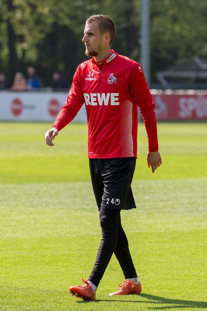 1. FC Köln Mittelfeldspieler Dominick Drexler läuft über den Fußballplatz während des ersten Trainings mit André Pawlak