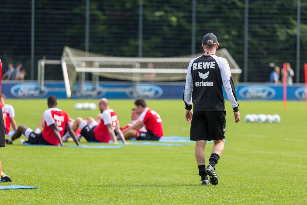 1. FC Köln Peter Stöger schaut nach dem Rechten beim Training
