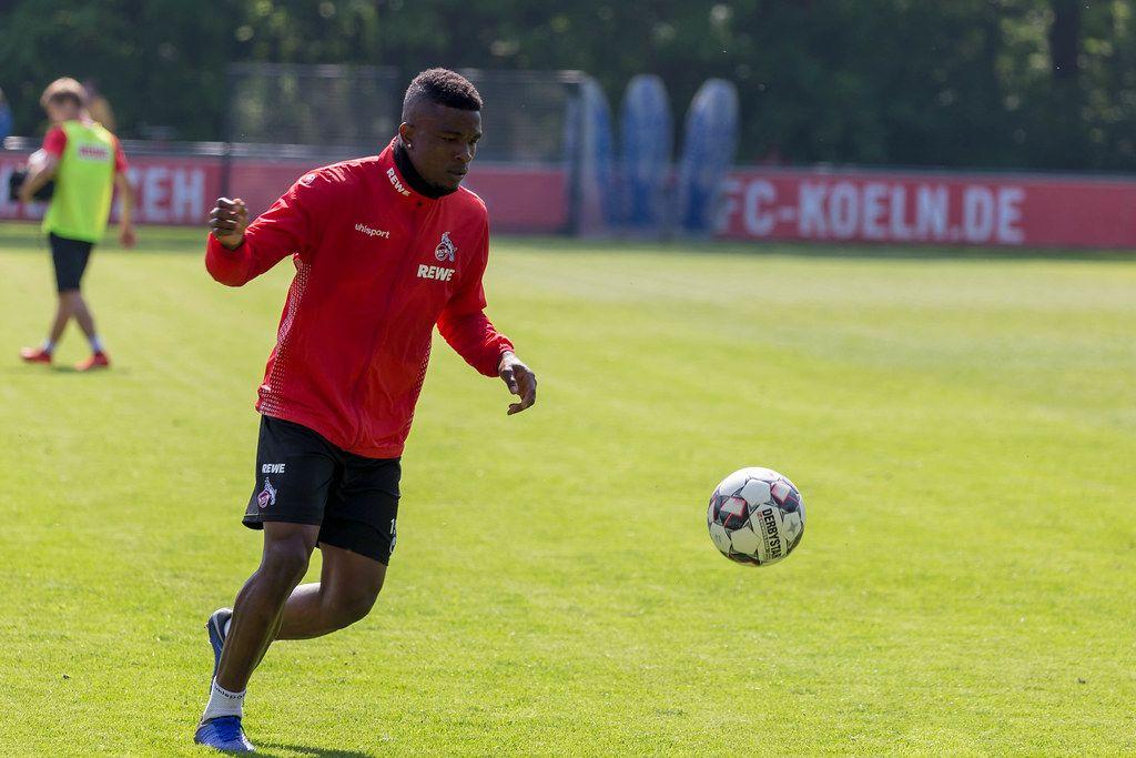 1. FC Köln Spieler Jhon Córdoba mit einem Derbystar Fußball während des ersten gemeinsamem Trainings mit dem neuen Fußballtrainer André Pawlak
