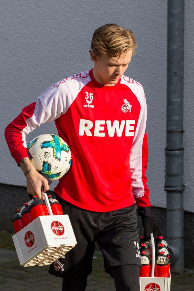 1. FC Köln Spieler trägt Ball und Cola beim Training am 30.01.2018