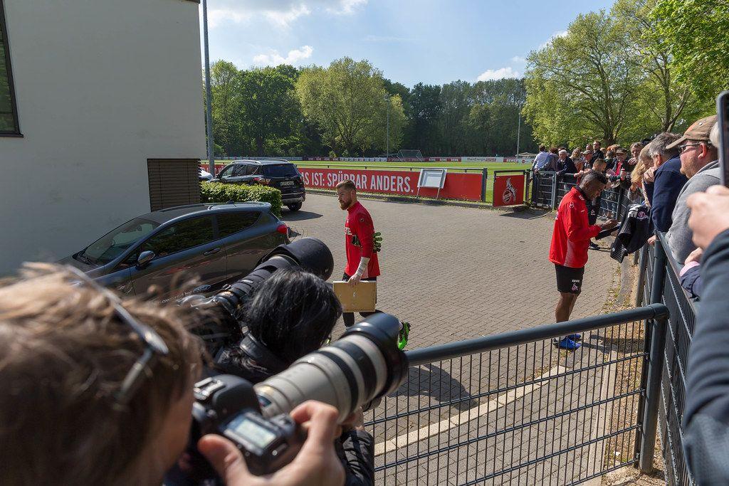 1. FC Köln Torwart Timo Horst, Manfred Schmid und Jhon Córdoba geben Fans Autogramme nach dem ersten gemeinsamen Training mit André Pawlak
