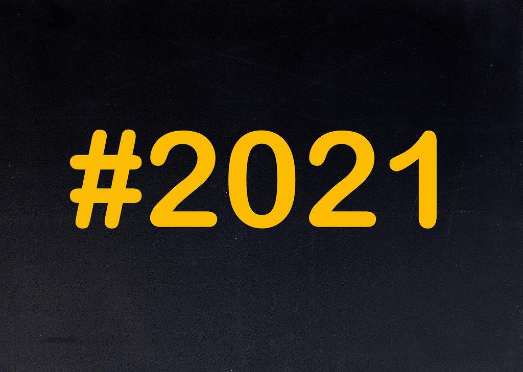 2021 mit Hashtag auf einer schwarzen Tafel geschrieben