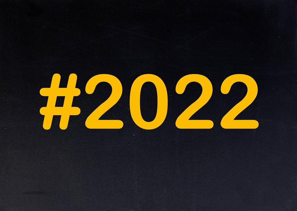2022 mit Hashtag auf einer schwarzen Tafel geschrieben