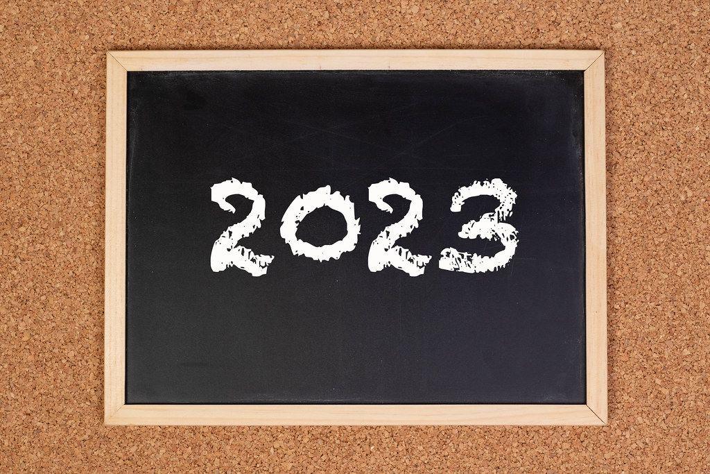 2023 auf einer schwarzen, gerahmten Tafel geschrieben