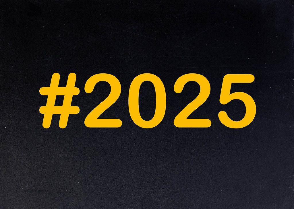 2025 mit Hashtag auf einer schwarzen Tafel geschrieben
