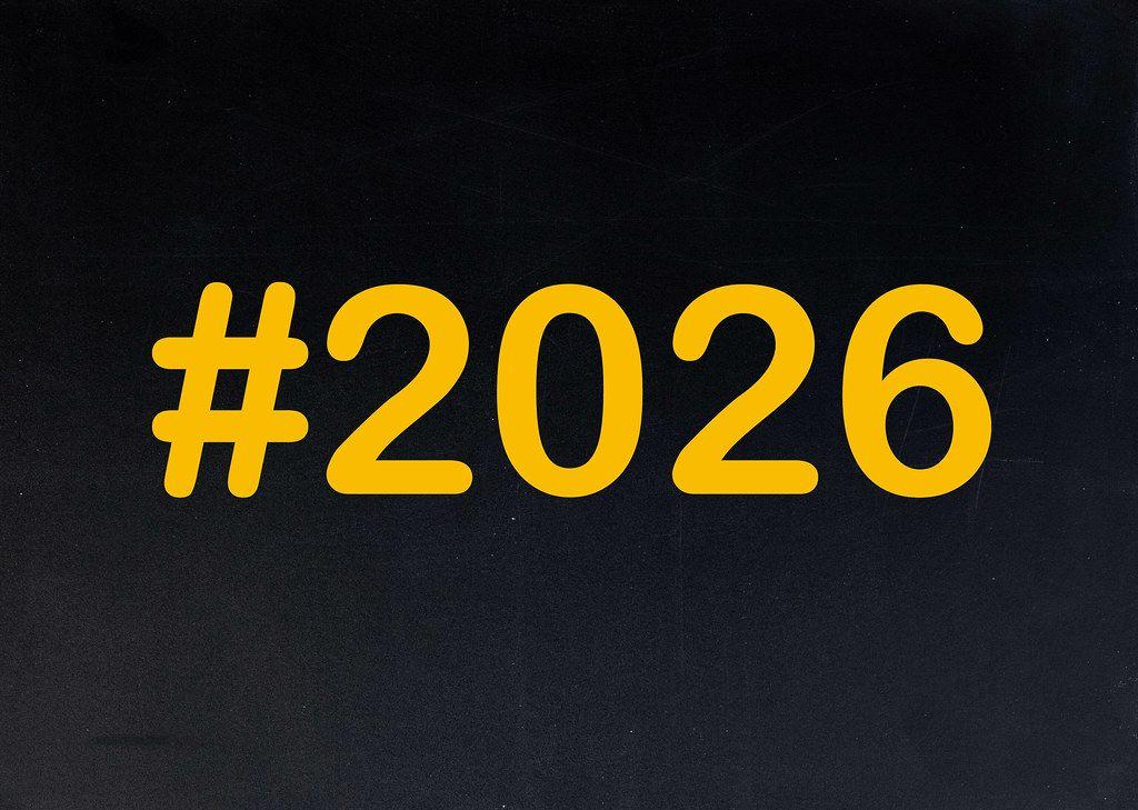2026 mit Hashtag auf einer schwarzen Tafel geschrieben