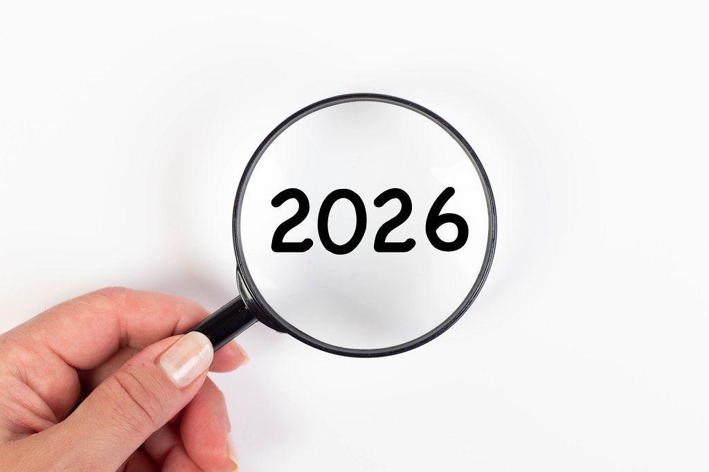 2026 unter Vergrößerungsglas mit weißer Hintergrund