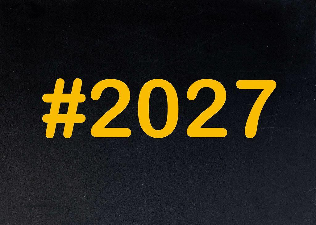 2027 mit Hashtag auf einer schwarzen Tafel geschrieben