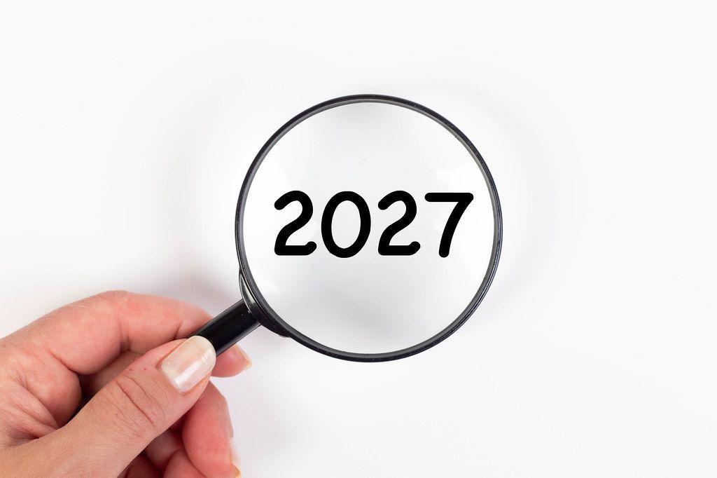 2027 unter Vergrößerungsglas mit weißer Hintergrund