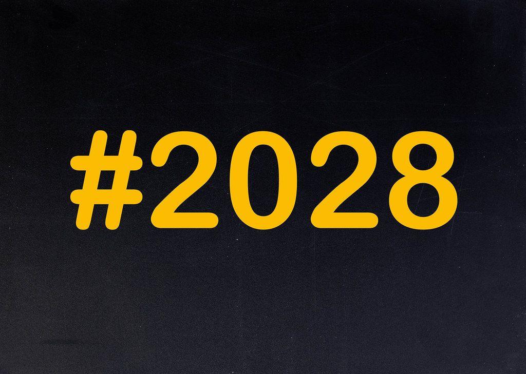 2028 mit Hashtag auf einer schwarzen Tafel geschrieben