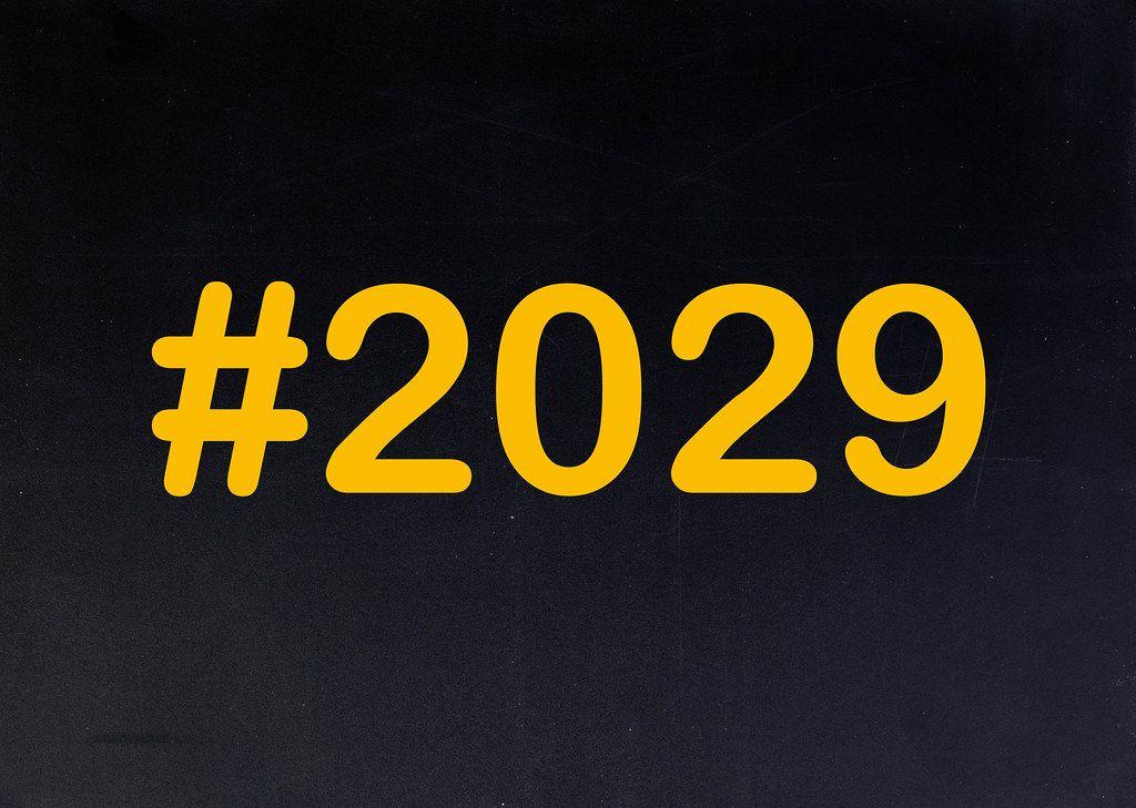 2029 mit Hashtag auf einer schwarzen Tafel geschrieben