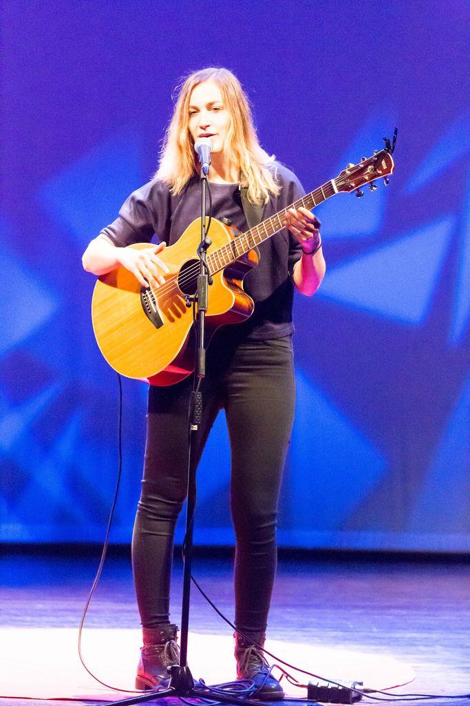 26 year old Dutch singer-songwriter Marit Trienekens bei der TEDxVenlo 2017