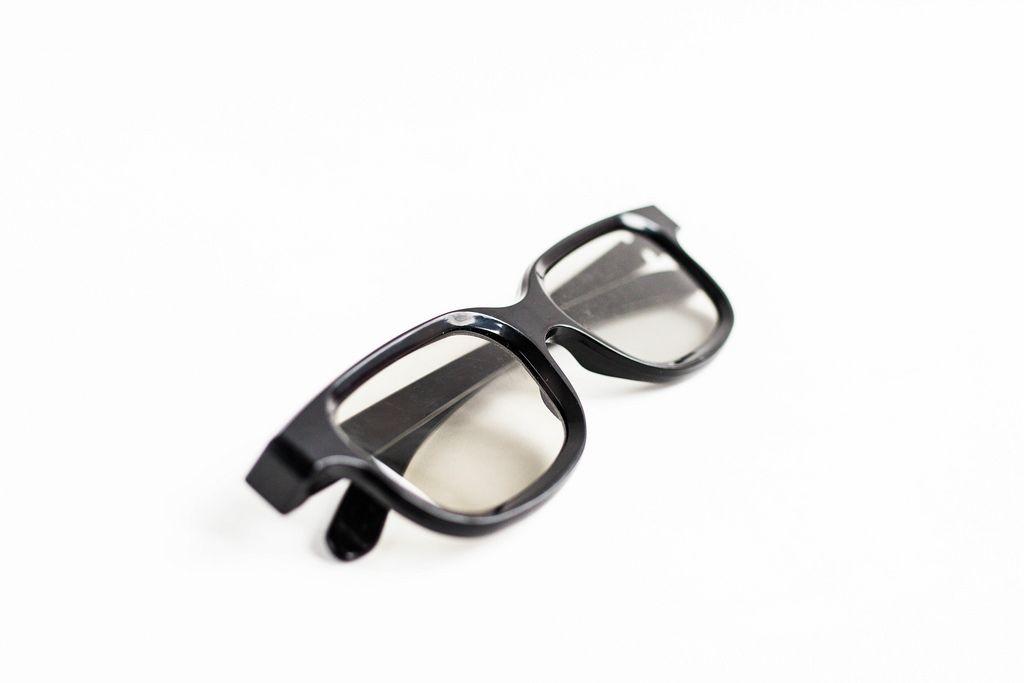 3D-Brille vor weißem Hintergrund