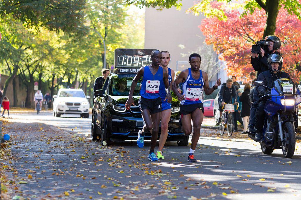 60 Minuten nach dem Start: Yasa Kaan, Pfeiffer Hendrik und Seboka Mitku beim Köln Marathon 2017