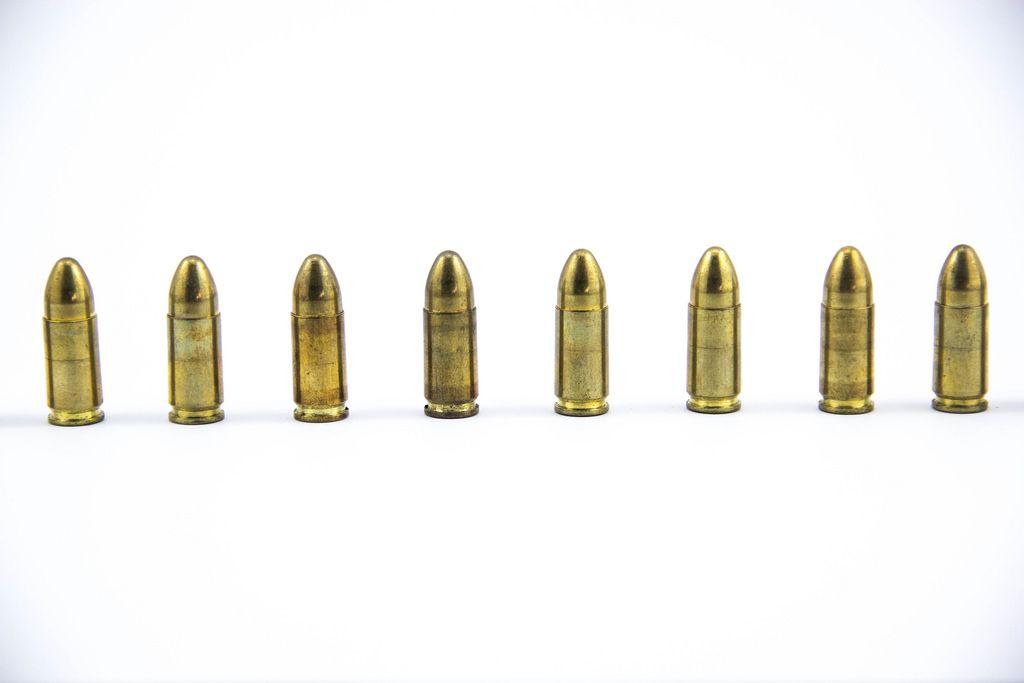 9 mm Patronen  - Munition aufgestellt in einer Reihe auf weißem Hintergrund
