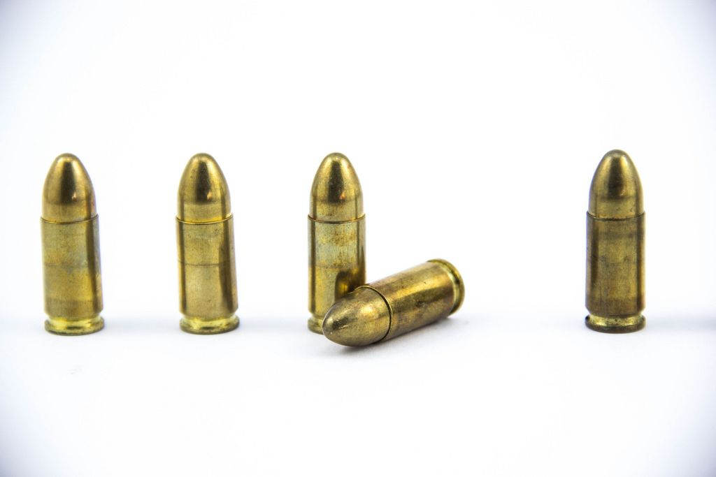 9 mm Pistolenmunition  - Patronen auf weißem Hintergrund
