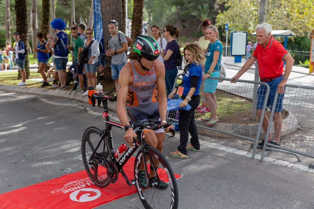 A man with the start number 101 gets upon his bike at the Challenge Triathlon in Peguera