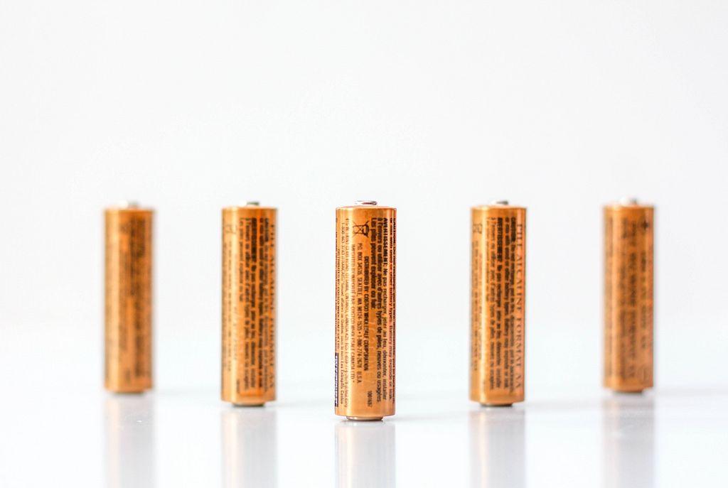 AA Batterien vor weißem Hintergrund