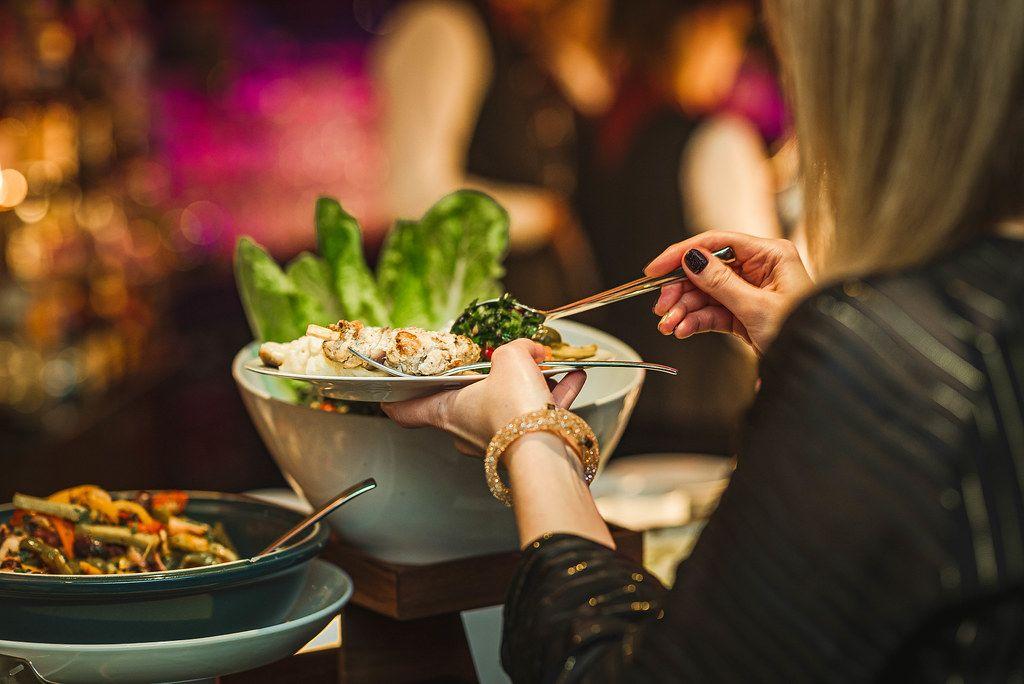 Abendessen vom Buffet im Hotel Restaurant Asorti Picking