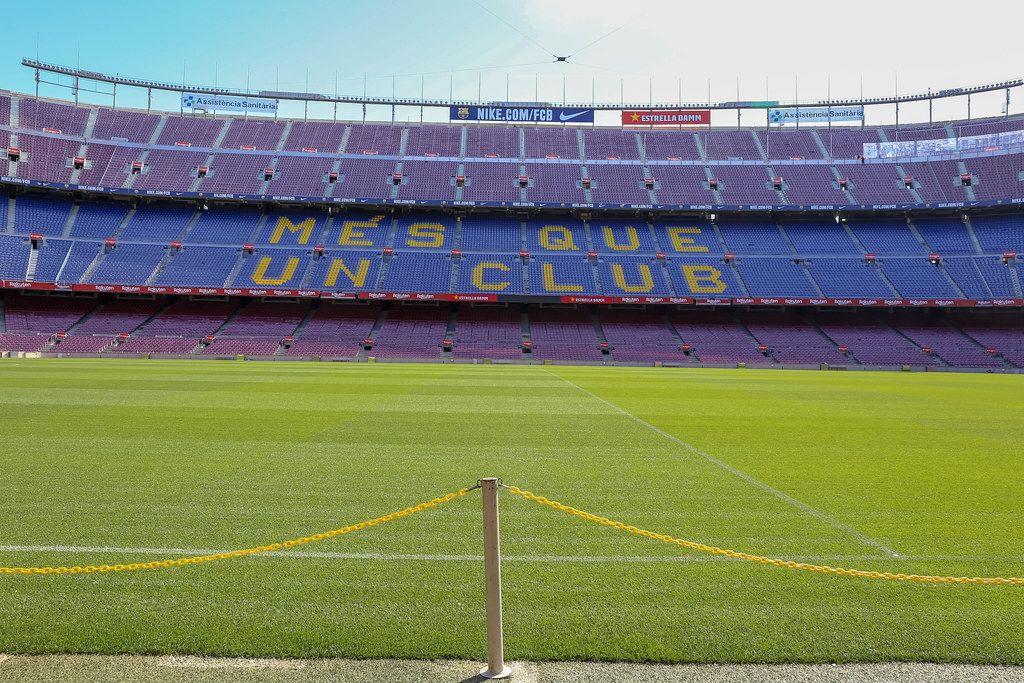 Absperrkette am Fußballfeld des Camp Nou Stadions des FC Barcelona, mit blau-lila Tribüne im Hintergrund, in Spanien