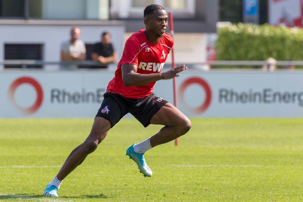 Abwehrspieler Kingsley Ehizibue trainiert draußen auf dem Fußballplatz