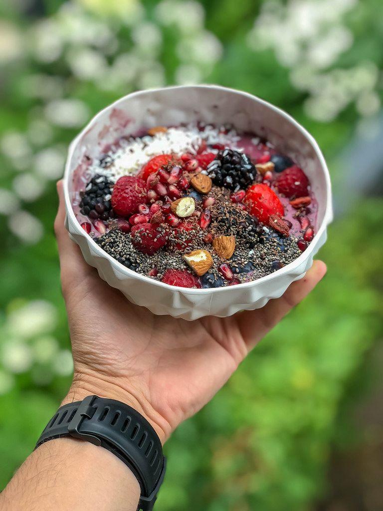 Acai Bowl mit Himbeere, Erdbeere, Brombeere, Granatapfel, Mandel und Chia