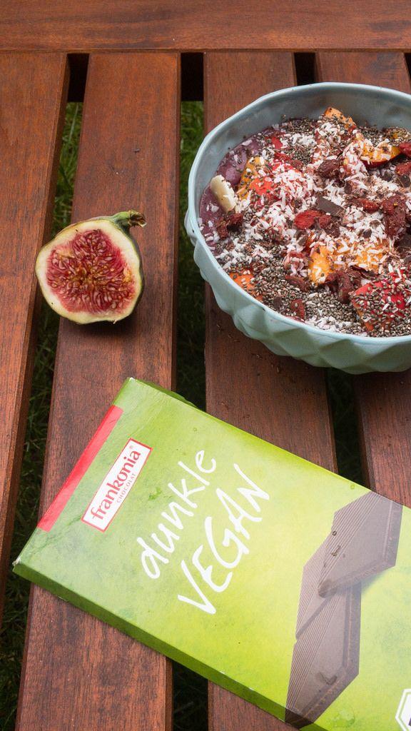 Acai Bowl with vegan Chocolate and Figs