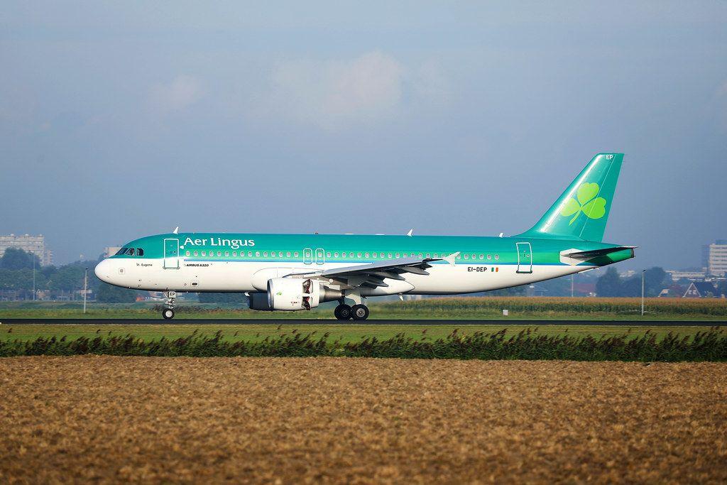 Aer Lingus Flugzeug auf dem Rollfeld des Amsterdam Schiphol Flughafens