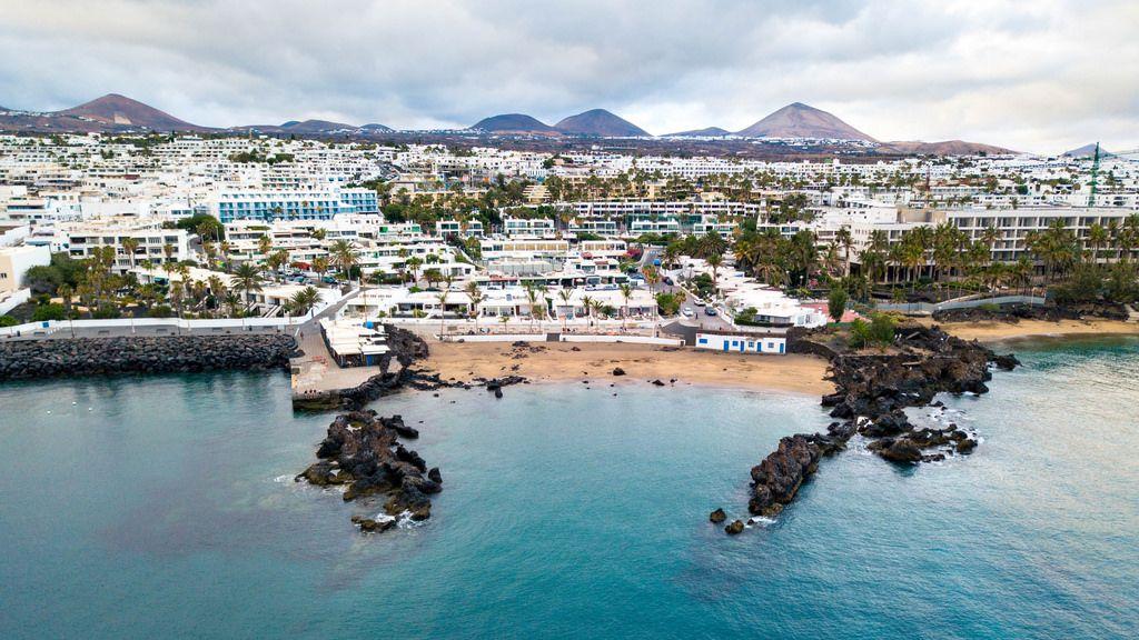 Aerial view of resort city from the ocean / Vogelperspektive der Urlaubsstadt vom Ozean