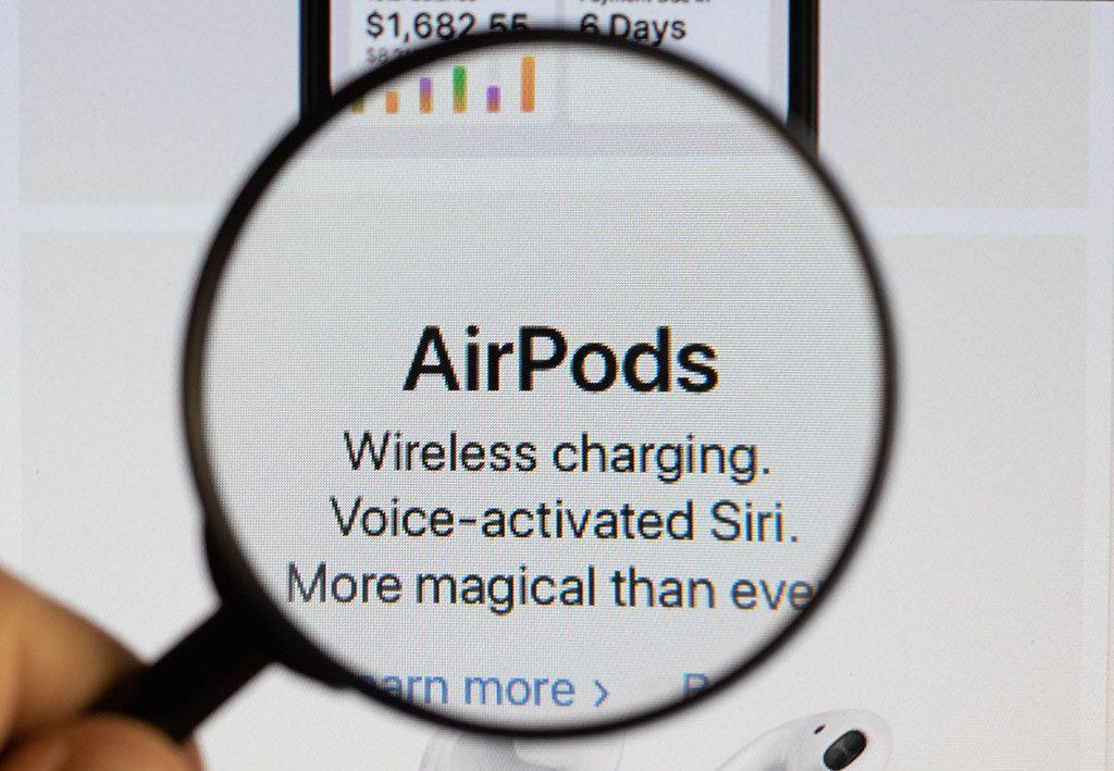 AirPods Schriftzug,  vergrößert durch eine Lupe dargestellt