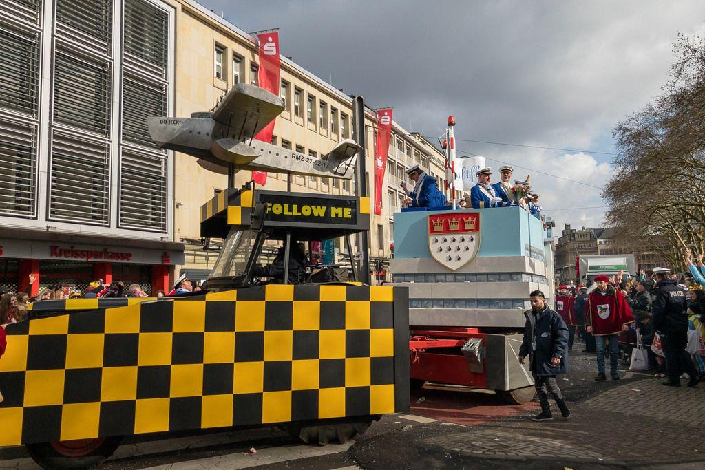 Airport Köln Wagen beim Rosenmontagszug - Kölner Karneval 2018