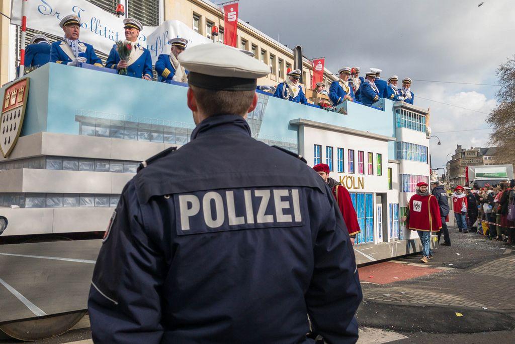 Airport Köln Wagen und ein Polizeibeamter im Vordergrund - Kölner Karneval 2018