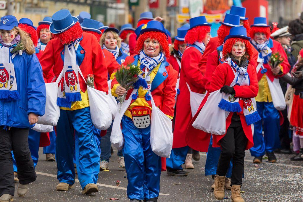 Als Clowns verkleidet beim Rosenmontagszug - Kölner Karneval 2018