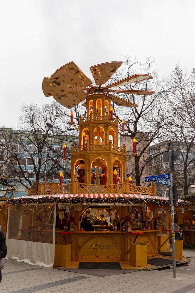 Als Turm geformter Weihnachtsmarktstand verkauft Snacks