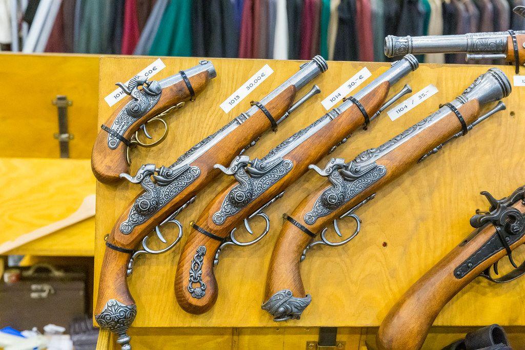 Alte historische Revolver als Spielzeug aus Holz