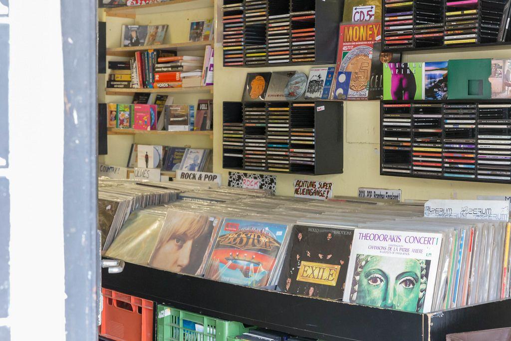 Alte Schallplatten und CDs in einem Geschäft in Wien