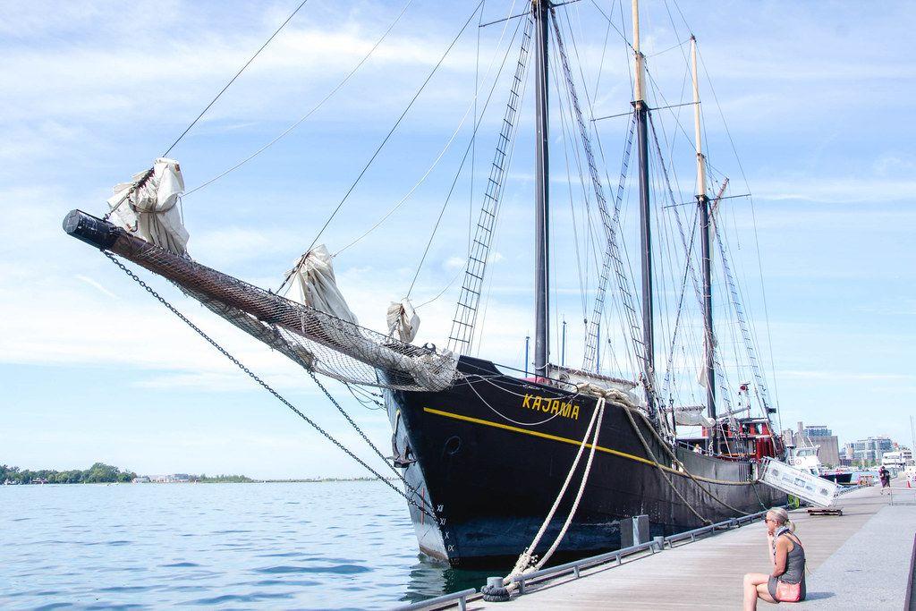 Altes Dreimaster-Boot hat im Hafen angelegt