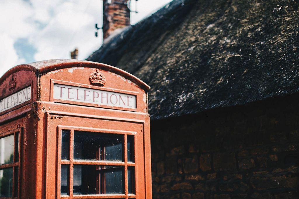 Altmodische rote Telefonkabine. Ländliche Gegend in England