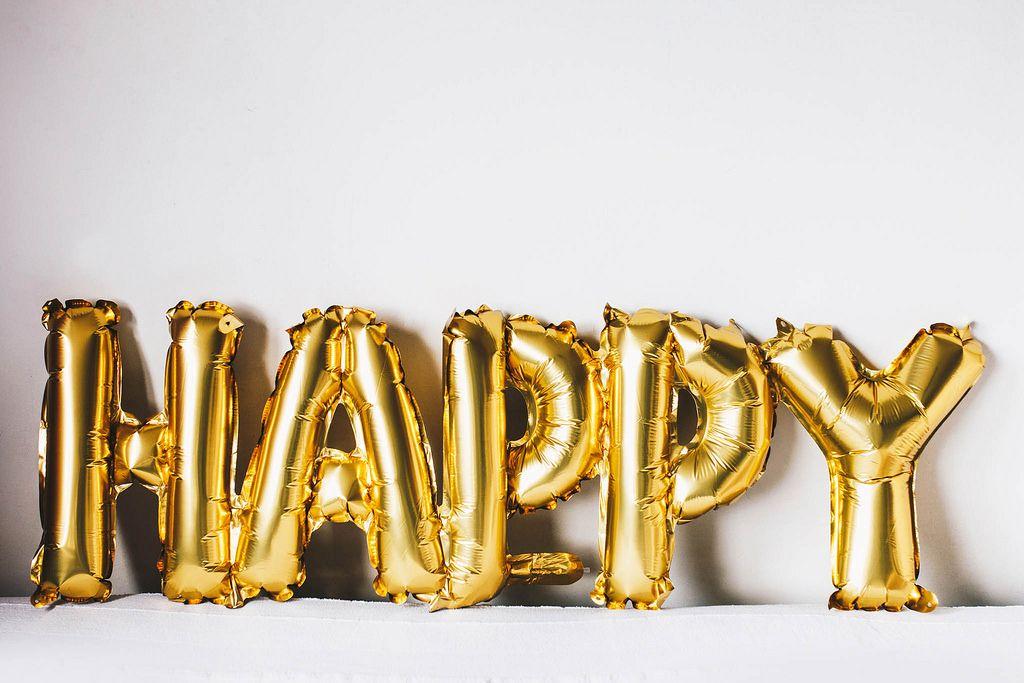 Aluminium Luftballon in Gestalt des Wortes Happy