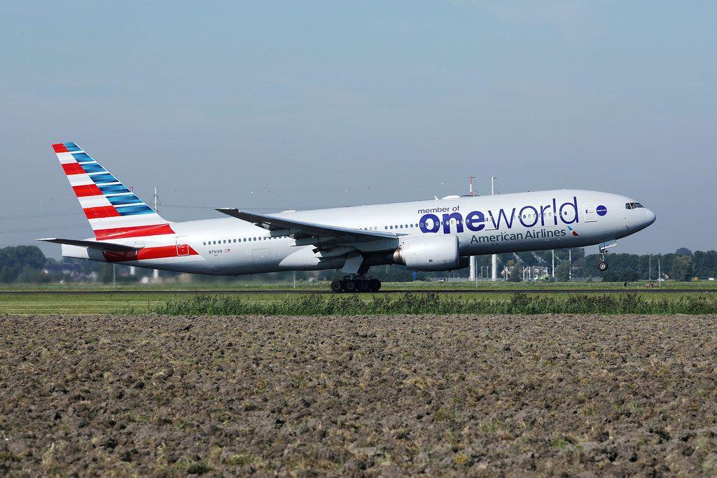American Airlines Member of One World Flugzeug auf der Startlinie am Flughafen Amsterdam Schiphol