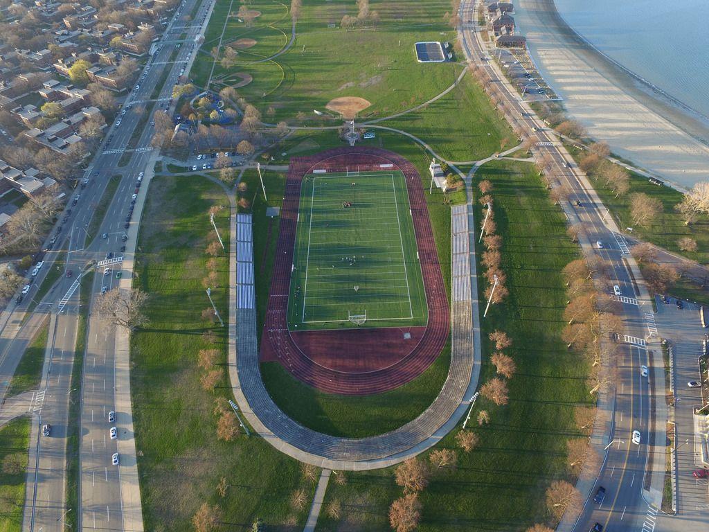 American-Football-Spielfeld aus der Vogelperspektive (Drohnenfoto) in Boston, USA