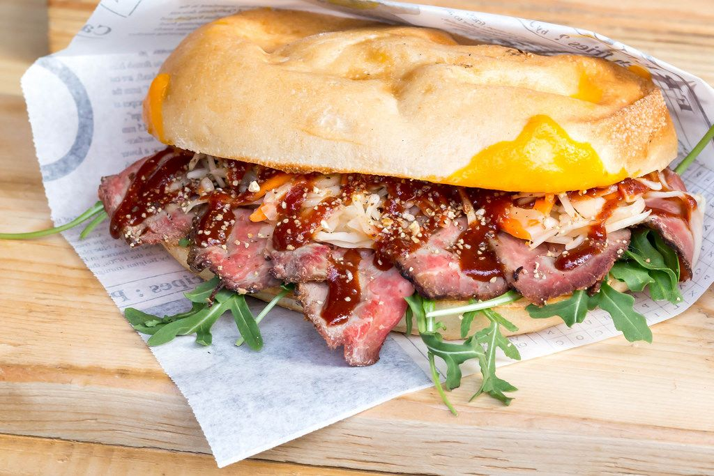 American Panini: Roastbeef, Rucola, Chedar, Krautsalat & BBQ Sauce