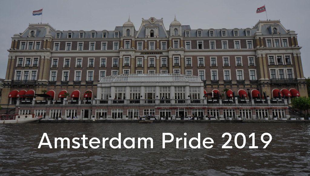 Amstelhotel am Ufer der Amstel, mit dem Bildtitel Amsterdam Pride 2019, dem Namen des niederländischen LGBT Festivals