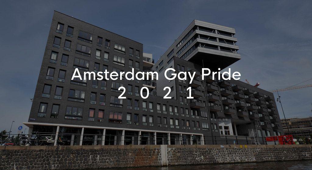 Amsterdam Gay Pride 2021 Bildtitel auf einem architektonischem Gebäude am Wasser