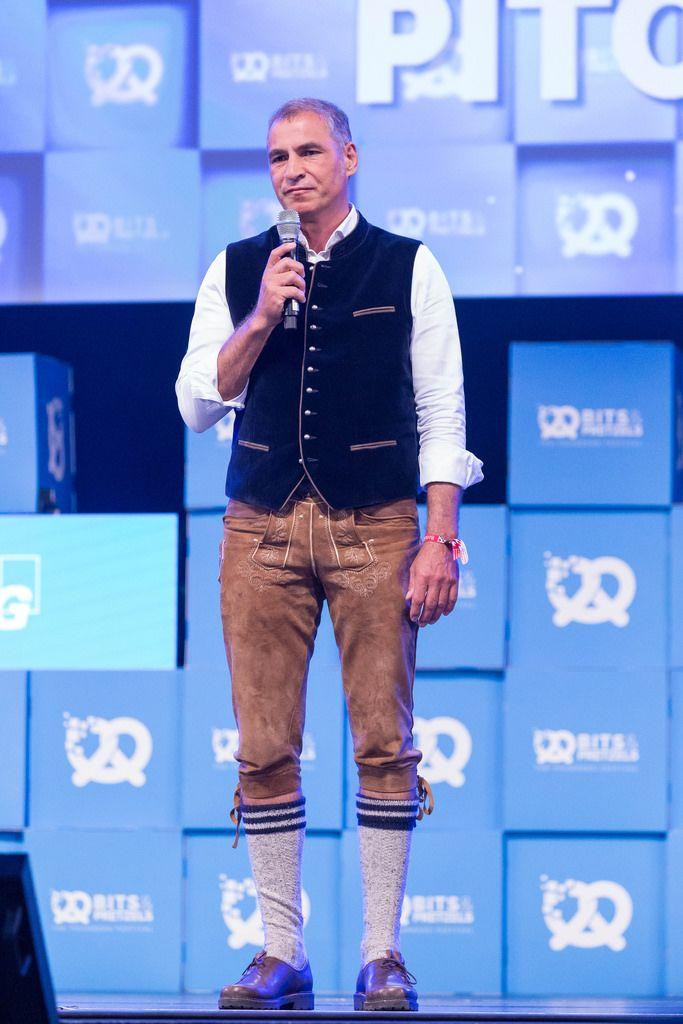 Andreas Etten in Lederhosen auf der Bühne