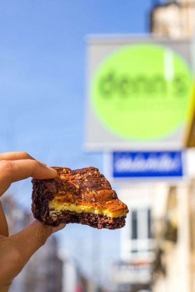 Angebissener Dinkel-Schokolade-Brownie