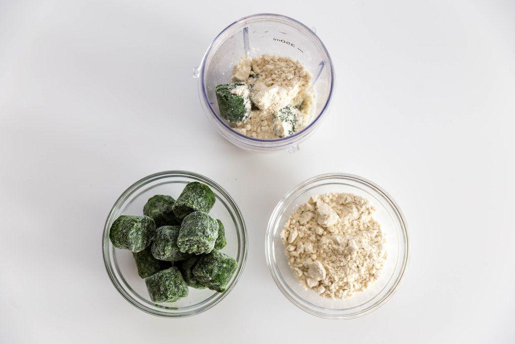 Ansicht von oben auf die Smoothiezutaten Spinat und Mandel-Proteinpulver, mit dem Maßbecher des Smoothiemakersvon Dr.Magic